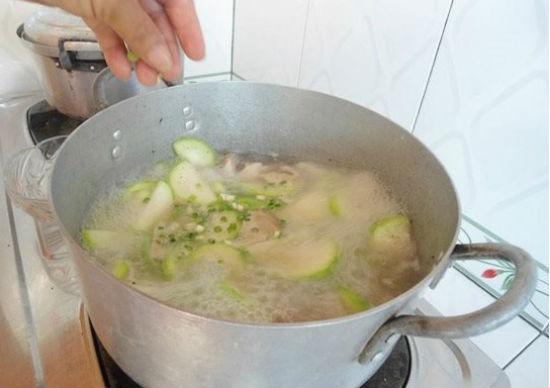 Cách nấu canh bí đao nấu sườn hình 3