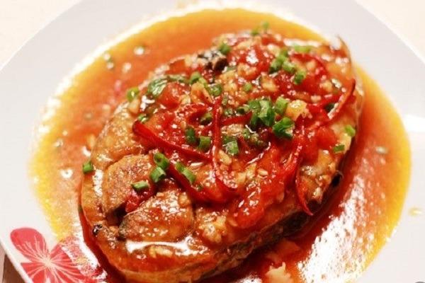Thực hiện cách nấu cá ngừ kho cà chua thơm ngon