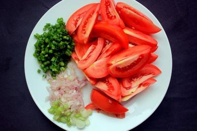 Sơ chế dứa, cà chua và nguyên liệu