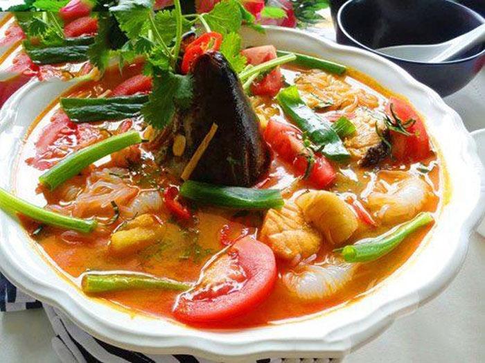 Thực hiện cách nấu canh chua đầu cá hồi ngon