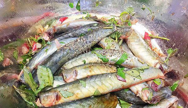 Ướp cá kèo với gia vị