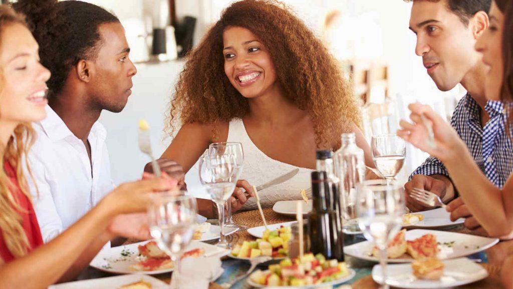 Trò chuyện trong lúc ăn