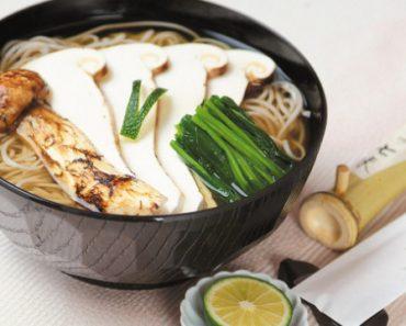 """Matsutake được xem là """"mùa thu vĩnh cửu"""" của nền ẩm thực Nhật Bản nói riêng hoặc là viên bảo ngọc quý giá của ẩm thực châu Á nói chung. Tất nhiên, với những danh xưng hoa mỹ được gán tặng như vậy, giá của nấm Matsutake cũng không hề rẻ, có khi lên đến 50 triệu đồng cho mỗi cân. Matsutake được xem là """"mùa thu vĩnh cửu"""" của nền ẩm thực Nhật Bản nói riêng hoặc là viên bảo ngọc quý giá của ẩm thực châu Á nói chung. Tất nhiên, với những danh xưng hoa mỹ được gán tặng như vậy, giá của nấm Matsutake cũng không hề rẻ, có khi lên đến 50 triệu đồng cho mỗi cân. Nếu nấm cục Truffle được xem là """"kim cương đen"""" trong nền ẩm thực châu Âu với giá trị mỗi cân lên đến hàng nghìn, thậm chí là hàng trăm nghìn USD thì nấm Matsutake lại được xem là """"mùa thu vĩnh cửu"""" của nền ẩm thực Nhật Bản và châu Á. Zalo Nấm Matsutake có tên khoa học là Tricholoma Matsutake, hay còn được gọi là nấm Tùng Nhung. Chúng mọc hầu như ở nhiều nơi trên thế giới với điều kiện phải là ở các cánh rừng thông hoặc tùng thuộc những ngọn núi cao cách mặt nước biển trên 2.500m, có mây mù và tuyết quanh năm. Dù xét về địa lý và khí hậu là vậy, nhưng ngày nay, đa phần người ta chỉ tìm thấy nấm Matsutake nhiều ở một số quốc gia khu vực châu Á như Triều Tiên, Hàn Quốc, Trung Quốc (Côn Minh) và nhất là ở Nhật Bản. Zalo Zalo Từ lâu, nấm Matsutake đã gắn liền với nền ẩm thực Nhật Bản và cũng nhờ vào cách chế biến tinh tế, đầy thi vị của các đầu bếp tại đất nước Mặt trời mọc này mà tên tuổi của nấm Matsutake mới nổi tiếng vang danh trên thế giới. Trong văn hóa Nhật, vào mùa xuân, người Nhật tìm mua mầm cỏ non Tsukushi (một loại cỏ có hình ngọn bút lông) hay đọt mầm dương xỉ để làm gỏi, còn mùa thu thì ăn nấm Matsutake nướng trên than hồng. Zalo Tiếc là bây giờ, mầm cỏ Tsukushi không thể tìm thấy nữa, còn nấm Matsutake thì rất đắt và vô cùng hiếm nên gia đình nào có được loại nấm """"mùa thu vĩnh cửu"""" này để ăn thì hiển nhiên phải thuộc tầng lớp giàu có. Về lý do nấm Matsutake ngày nay hiếm là bởi người ta chưa tìm được cách nà"""